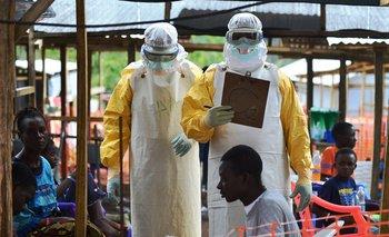 Profesionales de Médicos Sin Fronteras en un centro de tratamiento contra el ébola en Sierra Leona.<br>