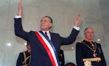 Aylwin en 1990 recibiendo la banda presidencial tras la salida de Pinochet. AFP