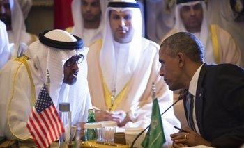 Barack Obama habla con el Sheikh Mohammed bin Zayed al-Nahyan, príncipe de Abu Dhabi.