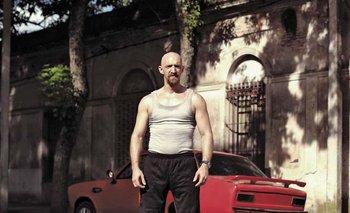 Como Clever, Hugo Piccinini es un protagonista intenso con el objetivo de encontrar a un artista que pinte su Chevrolet Chevette. Montelona Cine