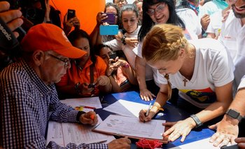 Lilián Tintori, esposa del opositor Leopoldo López, firma para la revocación de Maduro.