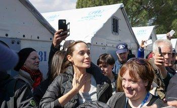 Angelina Jolie durante una visita a un campo de refugiados en Lesbos<br>