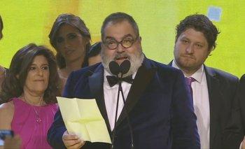 Jorge Lanata pronunciando uno de los discursos en el escenario del Hotel Hilton, en donde tuvo lugar la gala de los Martín Fierro 2016