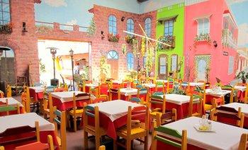 Salón colorido en el que destacan los murales pintados por la chef