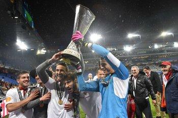 David Soria, golero del Sevilla, con el trofeo