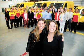 Cecilia Muttoni, Virginia Garda (RRHH) junto a parte del equipo de DHL. N. Garrido