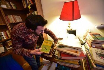 El hijastro de Mario Levrero, Juan Ignacio Fernández Hoppe, con los libros del autor<br>