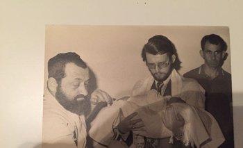 El oficial del Ejército que aparece en las fotos de la ceremonia de  circuncisión del hijo de Wegbrait es el coronel retirado Ruben Atilio Sosa Tejera (a la derecha)<br>