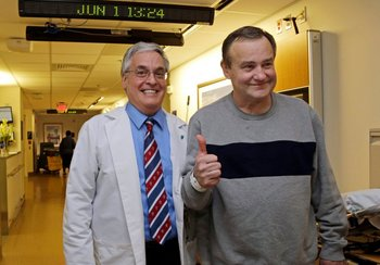 Thomas Manning, con el enfermero Anthony DiGiovine, preparándose para el alta del Hospital General de  Massachusetts.