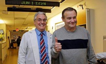 Thomas Manning, con el enfermero Anthony DiGiovine, preparándose para el alta del Hospital General de  Massachusetts.
