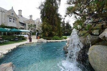 La piscina de la mansión Playboy en Holmby Hills, Los Angeles