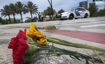 Ramo de flores frente a uno de los hospitales donde víctimas del ataque de Orlando se recuperan
