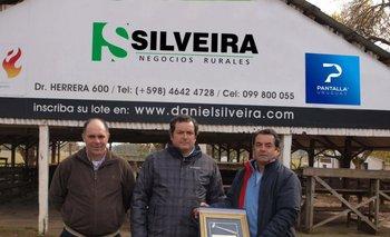 Marcio Ferreira, Daniel Silveira y Leo Silveira con el premio