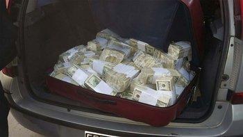 Los fajos de dólares que intentaba ocultar el kirchnerista José López en la iglesia de General Rodríguez. AFP