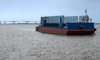 La barcaza utilizada para trasladar la primera carga