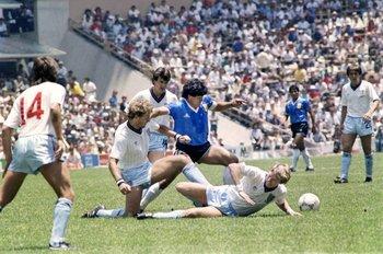 Maradona esquivando ingleses en México 1986