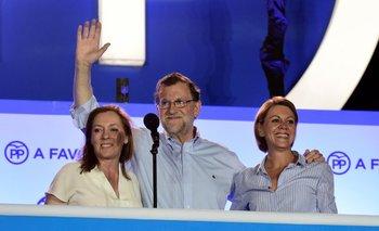 Rajoy, esta noche al dar su discurso luego de conocidos los resultados, junto a su esposa Elvira Fernández (izquierda) y la dirigente popular Cristina Cifuentes