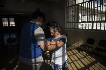 Una psicóloga baila con un paciente en el Borda, Buenos Aires