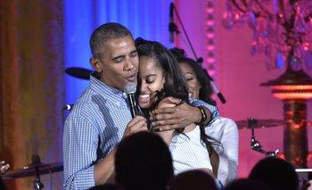 Barack Obama abraza a su hija Malia en su cumpleaños durante el Día de la Independencia de EE.UU.