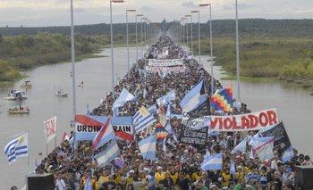 Manifestación sobre el puente General San Martín contra la primera planta de UPM (por entonces Botnia) en Fray Bentos.