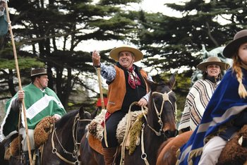 En el desfile conmemorativo del 18 de Julio, un gaucho se saca una selfie