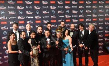 El equipo de <i>El abrazo de la serpiente</i> con sus premios; la película colombiana fue la más premiada de la noche