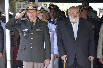 <div>Fernández Huidobro con Manini Ríos, el jefe del Ejército</div><div></div>