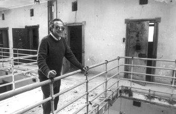 Recorrida por la cárcel de Punta Carretas con Eleuterio Fernández Huidobro antes que se demoliera, en 1991