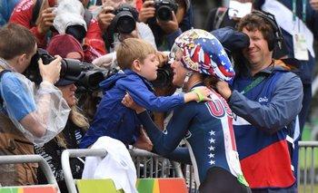 Kristin Armstrong festejó con su hijo al cruzar la línea de llegada
