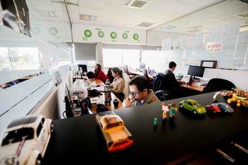 En una de las oficinas de Genexus cinco relojes marcan la hora de  Ciudad de México, Panamá, Quito, Madrid, Tokyo