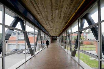 Este pasillo conecta los laboratorios del Latu con el parque tecnológico