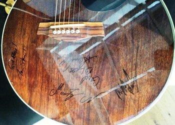 La guitarra firmada por Rihanna luego del concierto del día 28 de julio en Colonia, Alemania<br>