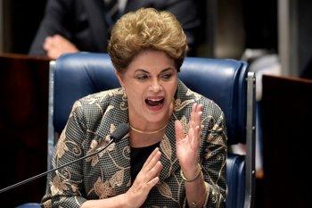 Dilma Rousseff responde preguntas durante el juicio de impeachment.