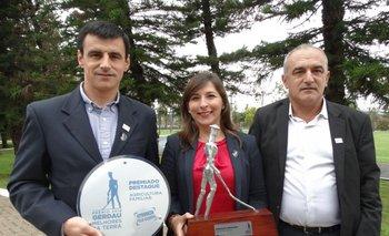 Gustavo Aberastegui, Cecilia Casulo y Luis Aberastegui con los premios de Gerdau para Mary.<br>