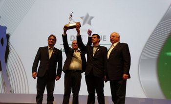 Joao Carlos Marchesan y Jorge Gerdau Johannpeter entregaron el Trofeo de Plata a Mary SRL.<br>