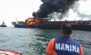 Un buque de Pemex está en llamas hace un día, luego de que se incendiara por causas desconocidas