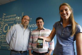 Sergio Gorrochategui, Martín Alurralde y Lucía San Román, integrantes del equipo ganador Vigiator.