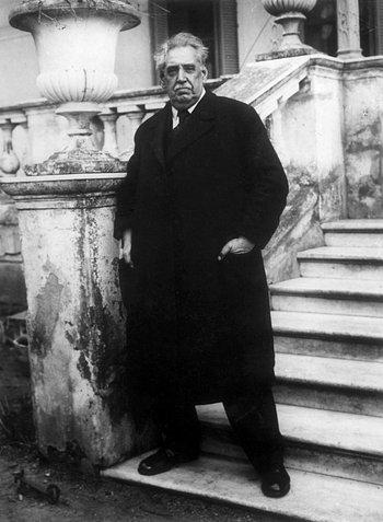 <p>José Batlle y Ordoñez en la escalinata de su quinta en Piedras Blancas en 1928 (Fotógrafo: Juan Caruso)</p><p></p><p><br></p><p><br></p><p></p>