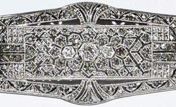 Una fina plaqueta de oro y platino con brillantes que será rematada por Ernesto Prilassnig<br>