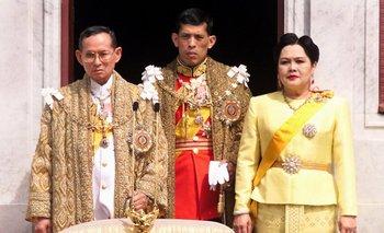 Fotografía tomada en 1999, con el rey Bhumibol Adulyadej, el príncipe Maha Vajiralongkorn y la reina Sirikit