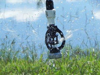 El riego, con ajustes con base en las escalas productivas, es considerado útil en diferentes sectores productivos.
