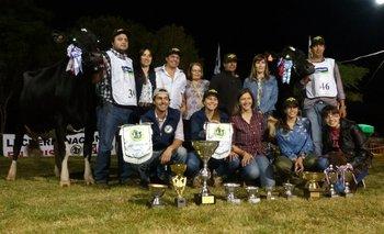 Integrantes de la familia Benítez con todos los premios obtenidos en la fiesta de Cardal<br>