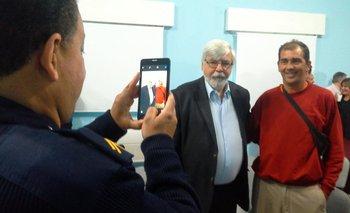 El ministro Eduardo Bonomi junto al exrecluso Favio Montes de Oca<br>
