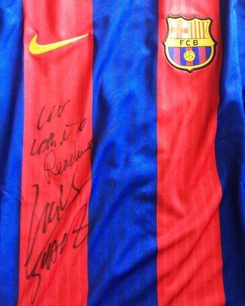La camiseta del FC Barcelona firmada de Luis Suárez tendrá muchos interesados para su adqusición<br>