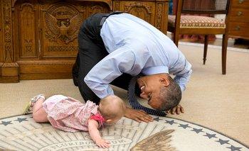 Obama juega con una bebé en la Casa Blanca.