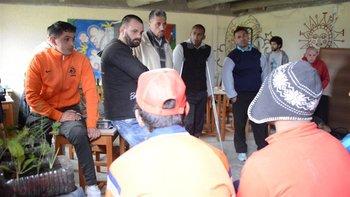 Los presos de Punta de Rieles hablan con los adolescentes del centro Cerrito previo a la obra de teatro<br>