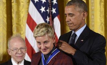 Ellen DeGeneres emocionada al ser condecorada por Obama.<br>