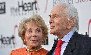 Kirk Douglas junto a su esposa Anne