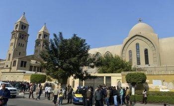 Fuerzas de seguridad egipcias y público general se reúnen en las cercanías del atentado contra la Catedral copta en El Cairo