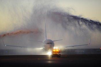 Llegada del primer avión Boeing 737-300 arrendado por Alas Uruguay, en marzo de 2015<br>